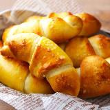 パリッとムッチリ食感がたまらない! 発酵なしですぐに作れる「塩パン」レシピが簡単でおいしすぎ