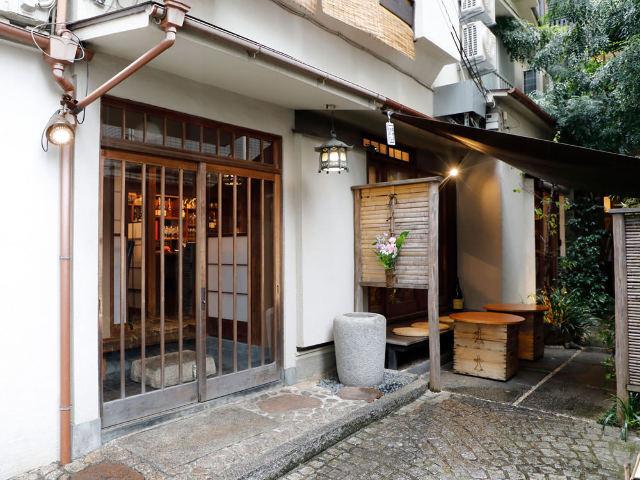 まるでパリのような石畳みの路地に立つ古民家レストラン