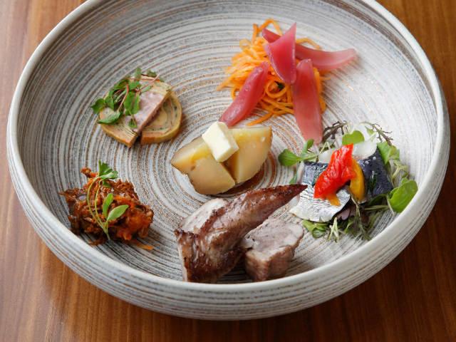 フランス料理をおばんざいで! デュカス出身シェフがもてなすフレンチ小料理屋『ラレーヴ』【麻布十番】