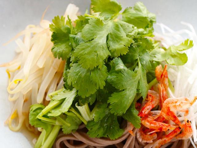 麺から保存調味料までパクチー三昧! やみつき必至のパクチー食べきりレシピ