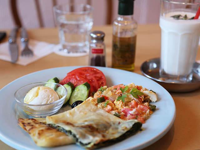 世界の朝ごはん専門店が大人気!チーズの魅力がたっぷりの「トルコの朝食」