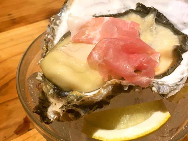 とろける生ハムと牡蠣の相性がたまらない! 神楽坂に日本酒バー『SAKE BAR オトナリ』オープン