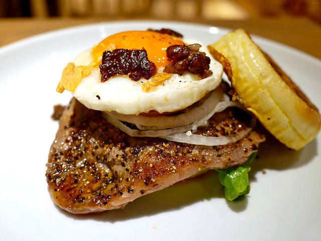 はみ出るステーキが超豪快!塊肉をフレンチトーストで挟んだ新感覚バーガーが大人気の『Sapling』