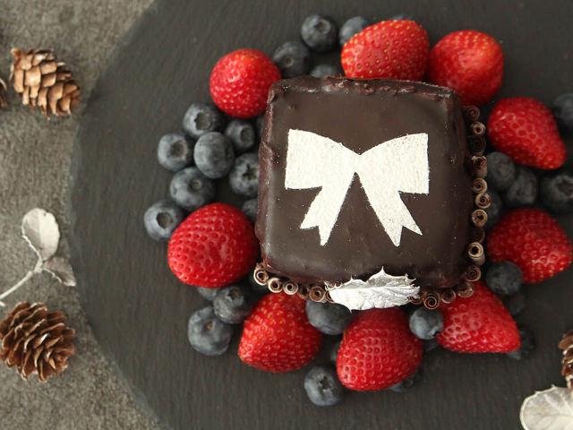誕生日や記念日に!ケーキ型がなくても作れる「プレゼント風ケーキ」の簡単レシピ