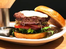オリジナルの極上ハンバーガーが作れる!LA発カスタムバーガーレストラン『ザ・カウンター』が日本初上陸