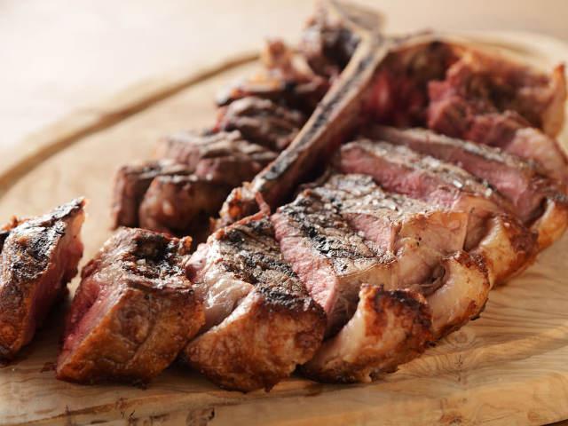 豪快なTボーンステーキがドンッと1kg!うまみたっぷり極上ステーキが味わえる「肉の聖地」が神戸に誕生