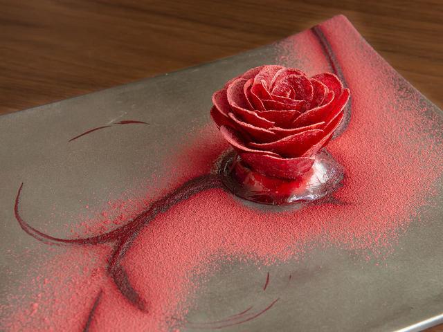 バラに見立てた「意外な食材」が感動のおいしさ!繊細な技術に心躍る、六本木フレンチ『ル スプートニク』