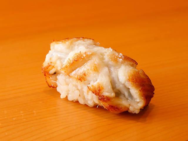 「塩で食べる穴子」のうまみに驚き!鮨ツウから初心者までが心地よく楽しめる、白金高輪『鮨まつうら』