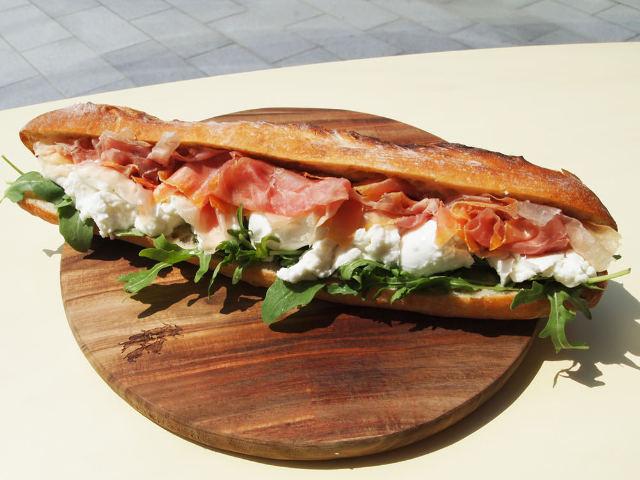 巨大30センチのパンからチーズがはみ出るド迫力!パリ発「モッツァレラサンド専門店」がウマすぎると評判