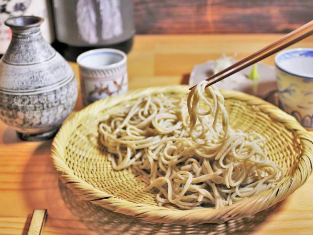 おひとり様の昼飲みも歓迎! 日本各地のそばと厳選した地酒が味わえる『そばと酒 えもり』
