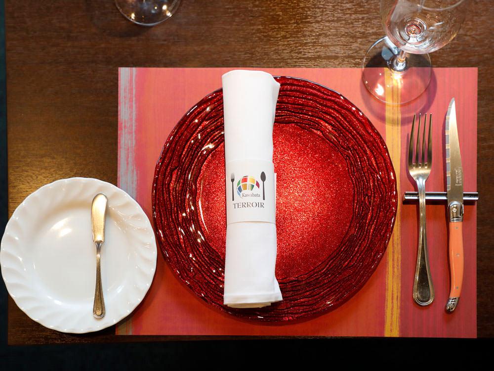 【フランス料理のマナー】服装は?カトラリーを使う順番は?パンはいつ食べていいの?フレンチの食事マナー