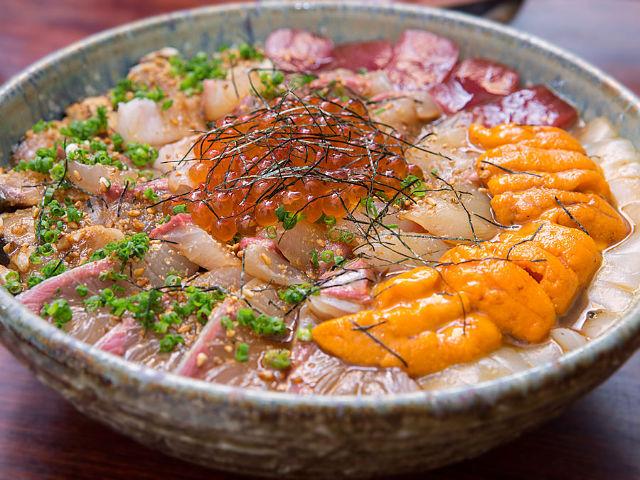 福岡ではしご酒。シメにいただくべき悶絶メニュー! スペシャル海鮮丼の奥深さとは?