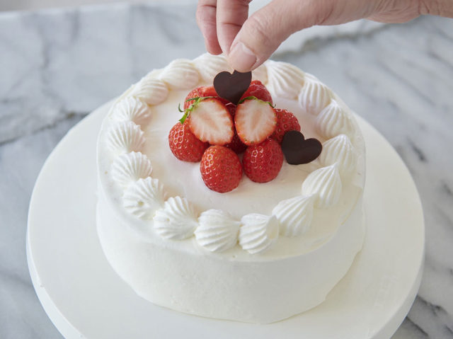 意外と簡単! 生クリームの塗り方・デコレーション術を洋菓子研究家が伝授【イチゴのショートケーキ】