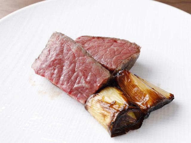 ジュワっとしたたる肉汁のうまさに感動する「黒毛和牛の炭火焼き」