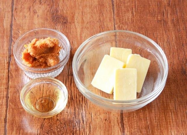 味噌とみりんを混ぜてチーズを漬け込むだけ!「味噌チーズ」の作り方