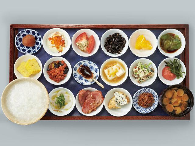 お盆にド~ンッと18皿の朝ごはん! 「築地本願寺」のカフェでいただく至福の朝ごはん