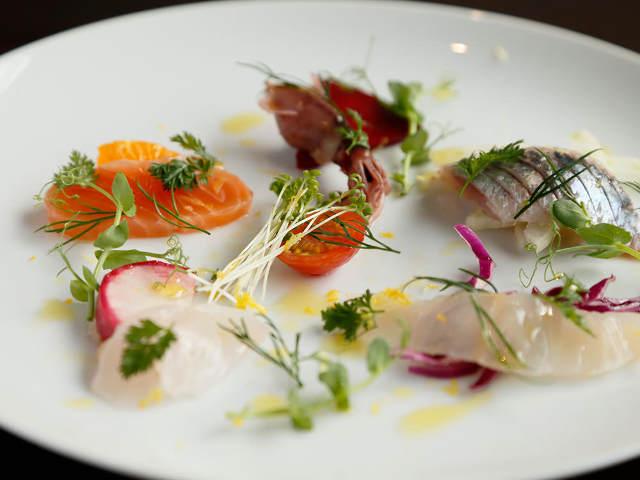 白い皿にのった色々な海鮮