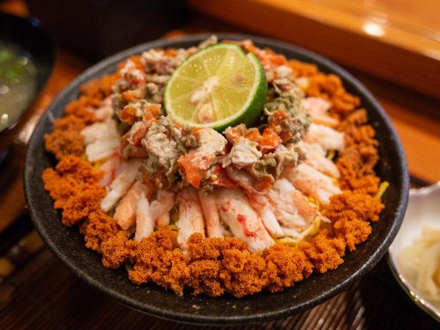 冬の味覚「香箱ガニ」を味わい尽くせる「至福の幸箱丼」! 能登でたどり着いた究極の店『寿司吉』