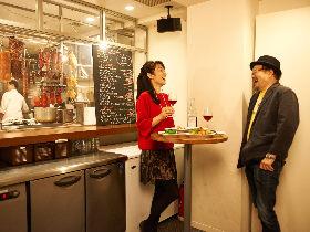 香港肉料理とワインを立ち飲みという裏ワザで、飲みにゆきます。