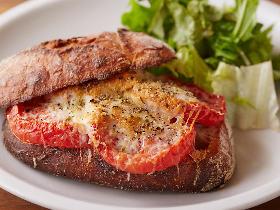【簡単レシピ】人気ベーカリーカフェ『まちのパーラー』の絶品トマトサンドイッチ