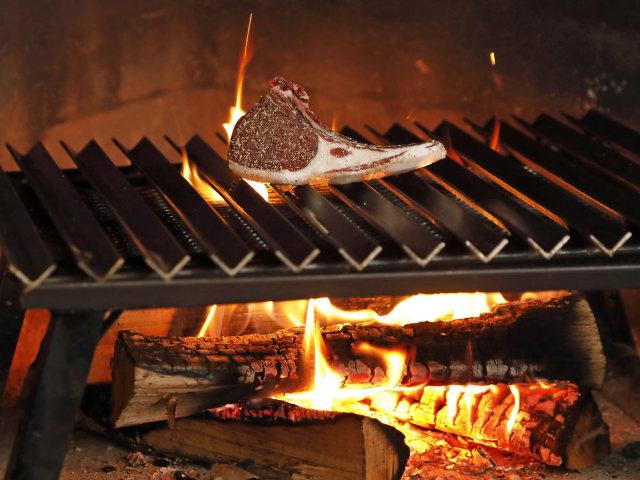 燃えている炎と焼かれているお肉