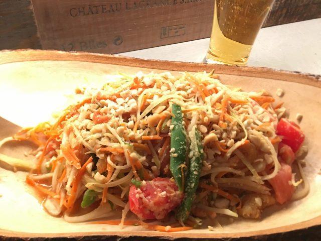 昭和な店がひしめき合う「自由が丘横丁」に突如現れた、イタリアンな創作タイ料理店 『アマン』
