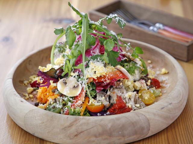 彩りや種類も豊富な「ビタミンサラダ」で、野菜の滋味を堪能