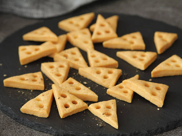 サクサク濃厚! チーズをたっぷり入れて焼き上げる「おつまみチーズクッキー」の作り方3選