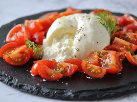 もっちりクリーミー! 材料2つで作れる、幻のフレッシュチーズ「ブッラータ」の簡単レシピ