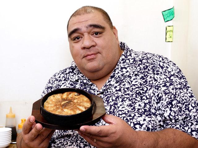 カリッと焼いた鉄板「餃子」が横綱級のウマさ! 元横綱・武蔵丸が手がけた餃子専門店『67餃子』