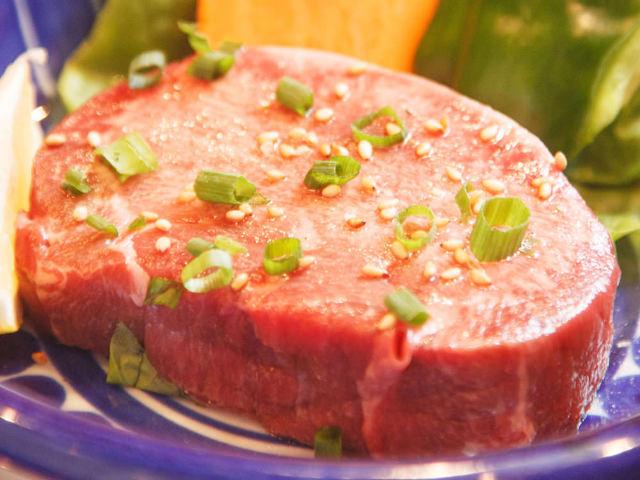 極厚の牛タンを完璧に焼き上げた幸せな焼肉