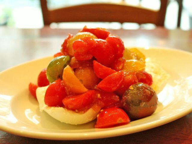 トマトがこぼれるほどのったカプレーゼ! 現地イタリア感万歳のシチリア食堂 白金『ロッツォシチリア』