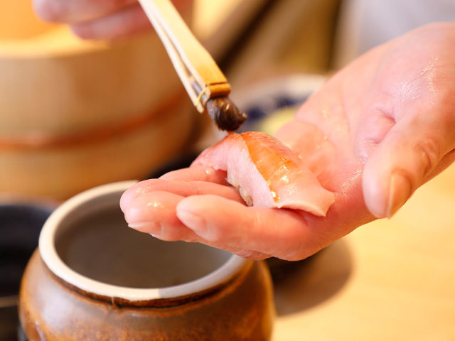 本格鮨が「1万円以下」で楽しめる! キャリア25年以上の職人技を気軽に味わう『上野 榮(さかえ)』