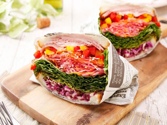 旬の野菜をまるかじり! イタリアンシェフ監修のベーカリーが贈る野菜たっぷり「農家サンド」が欲張りすぎ