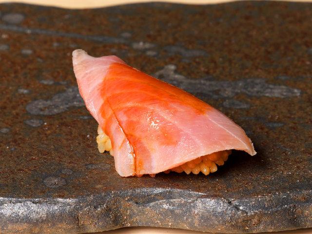 熟成魚のプロフェッショナルが「熟成鮨」を探求! 東京・広尾の看板のない鮨店『熟成鮨 万』