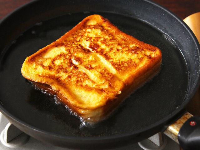 家で作ったとは思えないおいしさ!「フレンチトースト」がひと手間で劇的においしくなる、絶品アレンジ3選