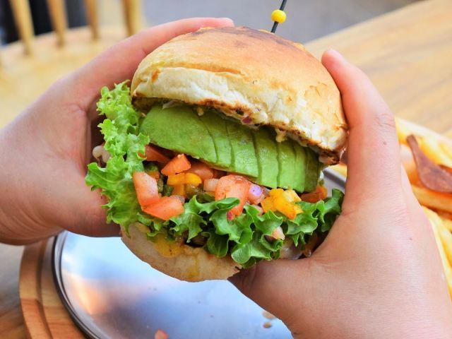 挽き肉フリーク量産中! 四谷三丁目の『バーグホリック』はハンバーガーとハンバーグが両方ウマすぎる! - dressing(ドレッシング)