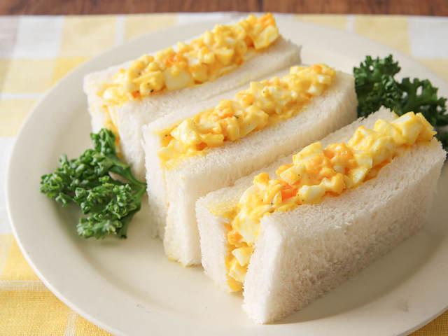 黄身はトロッと、白身はゴロッと、最高の食感を生み出す「王道タマゴサンド」作りのコツ