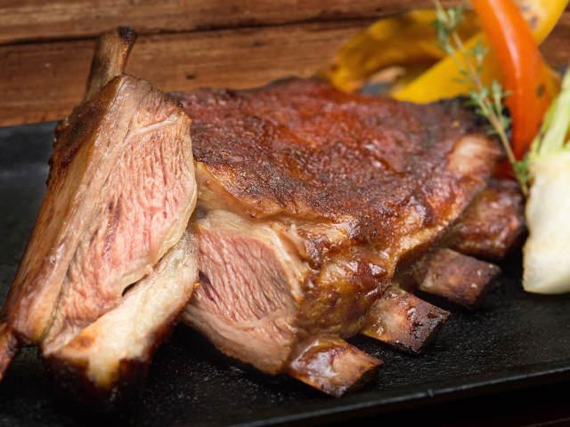 肉汁あふれる豪快な赤身肉をガッツリ味わう! 神保町にNYスタイルのミートダイニングが本日誕生
