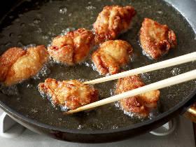 少しの油でカリッとジューシー! 唐揚げを「揚げ焼き」でおいしく仕上げるために押さえるべきポイント7つ