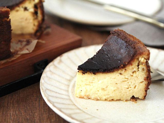 真っ黒に焼くのがポイント! 甘いのにほろ苦い、スペイン発祥「バスク風チーズケーキ」の簡単レシピ