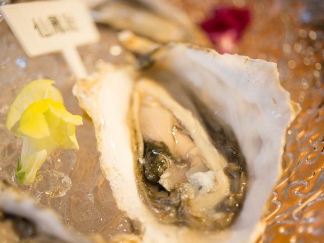 牡蠣師厳選「鼓動する生きた牡蠣」を一度は食べてみるべし! 海水までにもこだわるオイスターバー