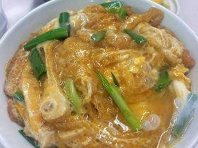 関西にしかない丼ものと北九州独特の肉うどん。