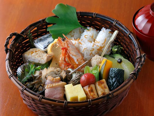 超ロングセラーの絶品ランチ「炭籠弁当」は旬がどっさり! 明治時代から愛される日本料理店『とゝや魚新』