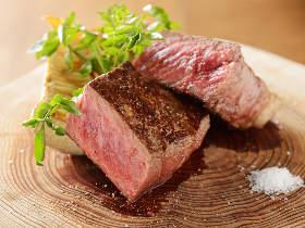 ほとばしる肉汁がたまらない! 極厚の「薪焼きサーロイン」が激的においしい神戸で話題の『レグノ』