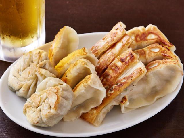 まさに餃子好きの天国! 水道橋『藤井屋』の全部盛り餃子の味とコスパが最強すぎる