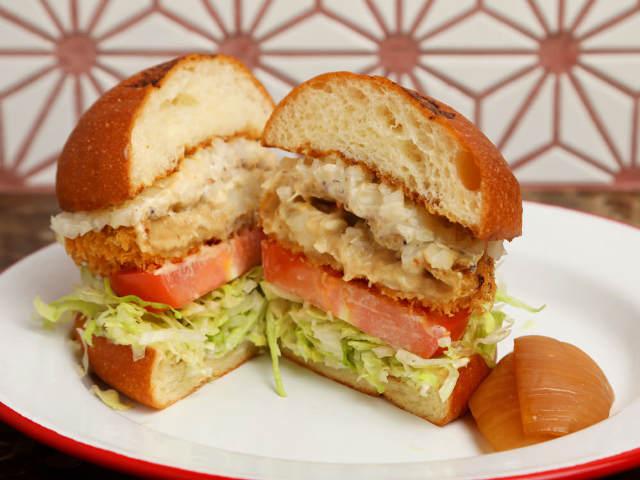 和風だしが絶妙なうまさ! 寿司屋の名店『銀座 青空』出身の魚のプロが作る「和風フィッシュバーガー」
