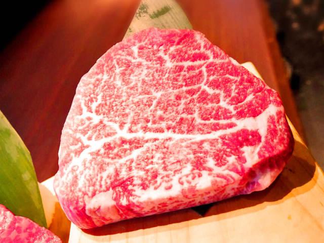 【3】豊富な厳選ワインと極上肉のマリアージュ『WORLD DINER』