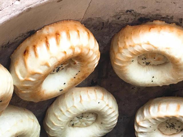 これが無ければ始まらない! 中央アジアの食卓に欠かせないパン「ノン」