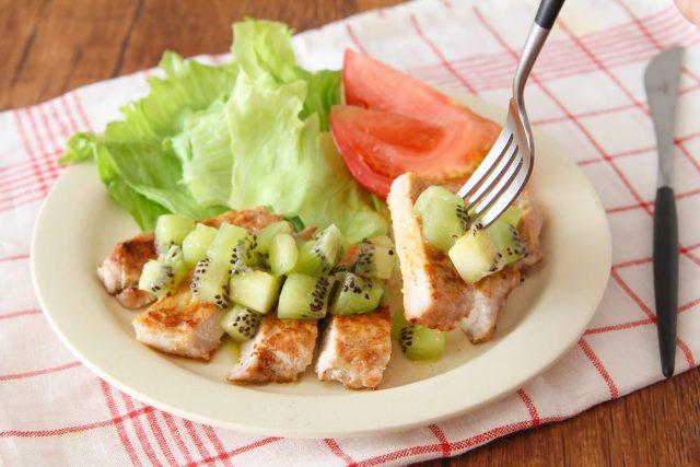 ■キウイの酸味と豚の脂の甘みが相性抜群「キウイソースで食べるポークステーキ」